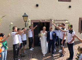 Große Gratulantenschar für Markus Schäfer und Ehefrau Cindy  bei der standesamtlichen Trauung in Haslach
