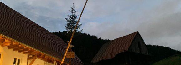 DJK Prinzbach stellt Maibaum für Anni Buchholz